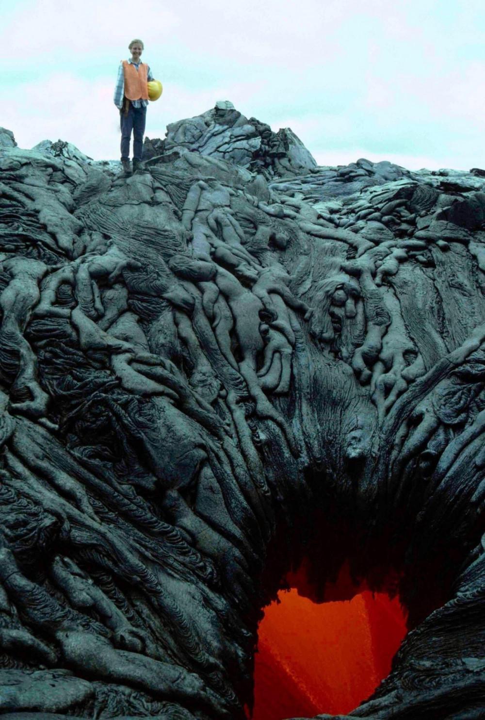 https://emosurf.com/i/00063Z00ogmm0g8/zherlo-vulkana-napominayushchee-vkhod-v-preispodnyuyu_large.jpg
