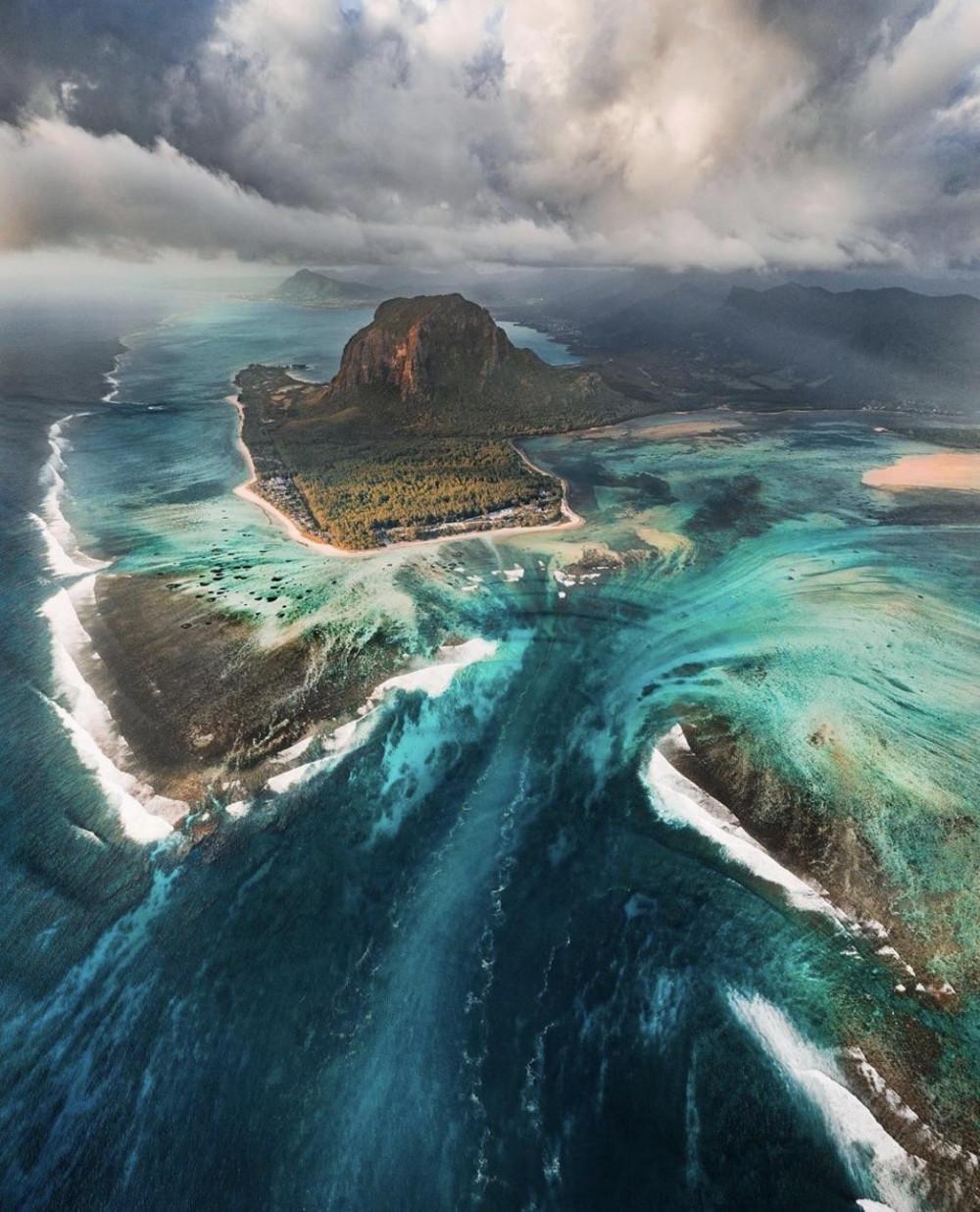 https://emosurf.com/i/00064000xDEl0g8/podvodnyj-vodopad-na-ostrove-mavrikij_large.jpg